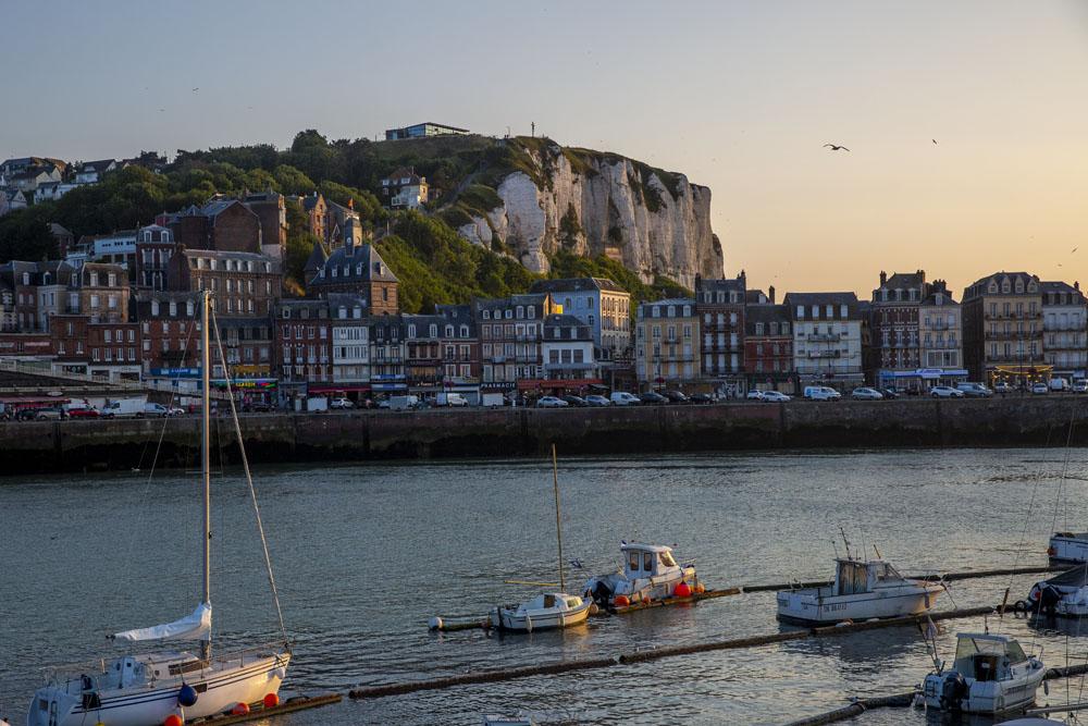 Vy mot Le Treports södra stadsdelar i solnedgång