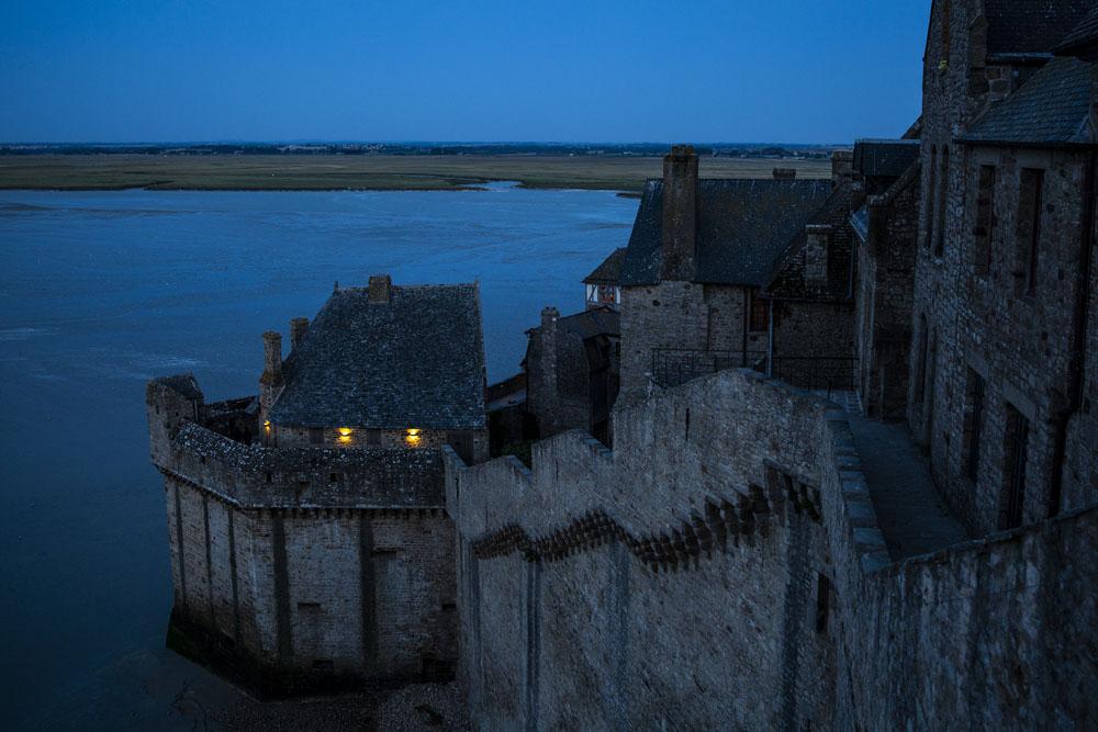 Vy mot muren i Mont Saint-Michel -