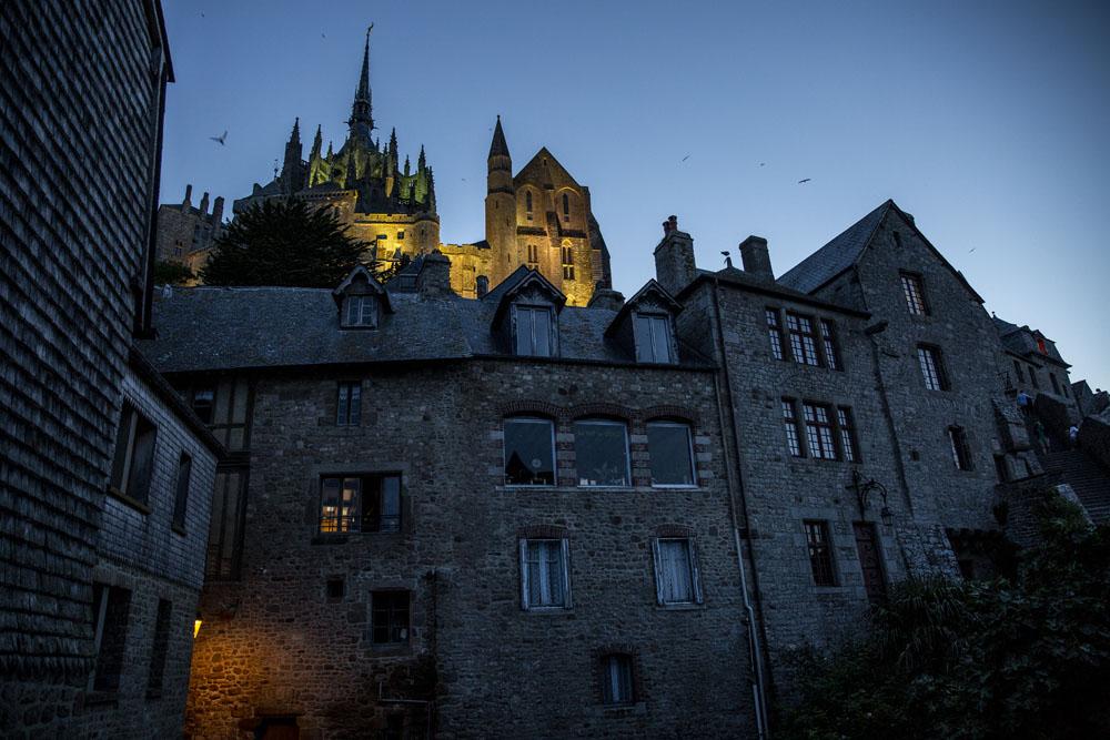 Vy upp mot Klostret i Mont Saint-Michel