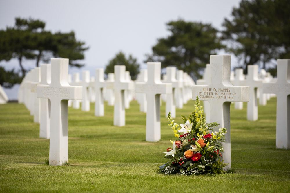 American memorial Ohamabeach, massor vita kors i långa rader
